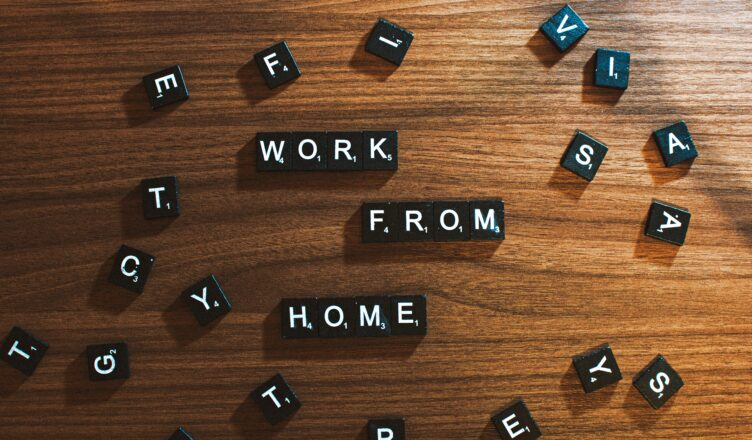 "Napis ""work from home"" ułożony ze scrabble"